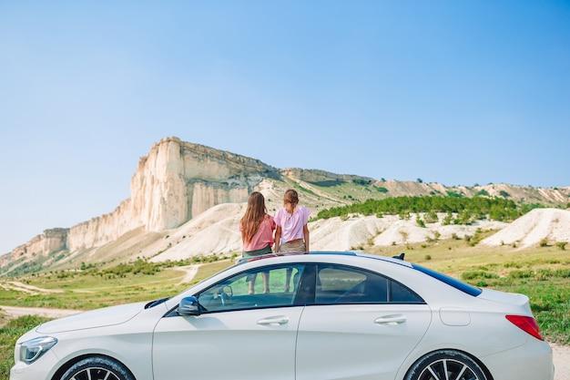 Viagem de carro no verão e crianças de férias