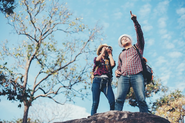Viagem de casal com fundo de montanha