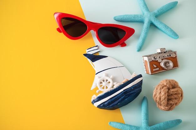 Viagem de férias de verão com óculos de sol vermelhos sobre fundo amarelo