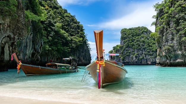 Viagem de férias de verão na bela ilha de phi phi na província de krabi, tailândia, vista incrível