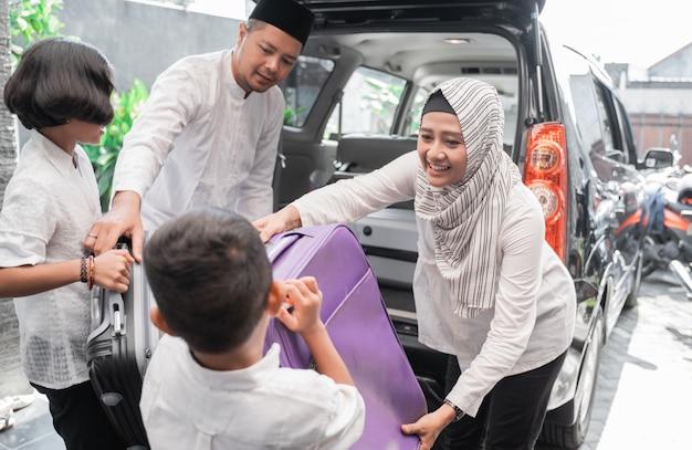 Viagem de férias em família muçulmana