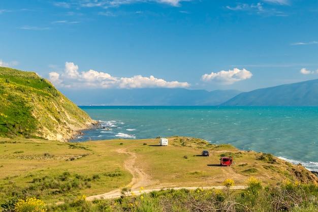 Viagem de férias em família rv, viagem de férias em autocaravana, caravana de férias. bela natureza paisagem natural da albânia.