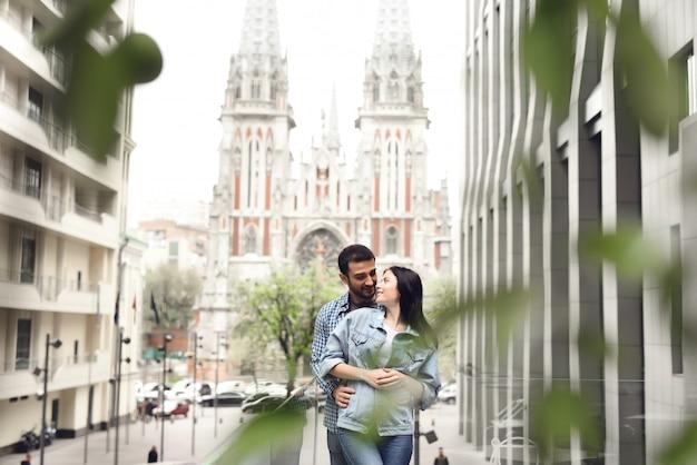 Viagem de lua de mel para a cidade velha casal na paisagem urbana.