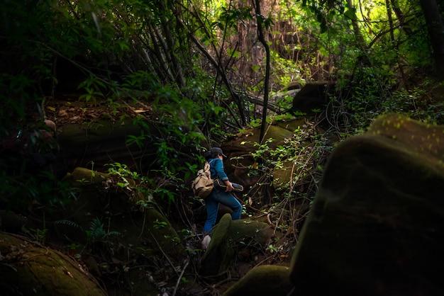Viagem de mochileiro garota na floresta tropical