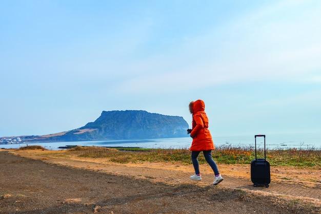 Viagem de mulher asiática em ilchulbong seongsan na ilha de jeju, coreia do sul