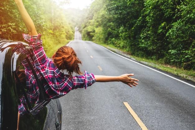 Viagem de mulher asiática relaxar no feriado
