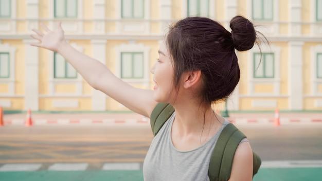 Viagem de mulher blogueiro asiáticos em bangkok, tailândia