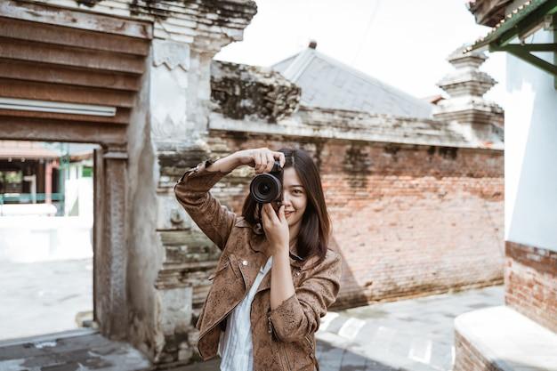 Viagem de mulher fazendo foto