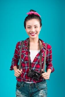 Viagem de mulher. jovem e bela mulher asiática em fundo azul.