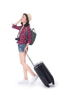 Viagem de mulher. jovem e linda mulher asiática com mala e câmera em fundo branco.