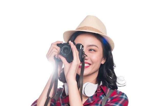 Viagem de mulher. jovem e linda mulher asiática tirando fotos em fundo branco