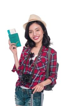 Viagem de mulher. jovem linda mulher asiática com passaporte em fundo branco