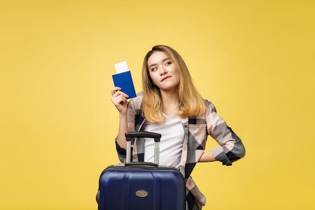 Viagem de mulher. viajante asiático bonito novo da mulher que guarda o passaporte