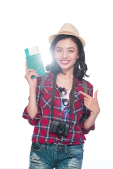 Viagem de mulher. viajante jovem linda mulher asiática segurando o passaporte e a passagem aérea em pé sobre o branco.