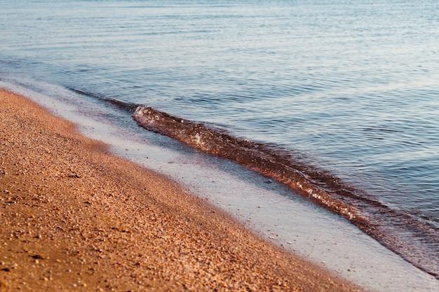 Viagem de turismo. férias de verão à beira-mar. oceano, mar, movimento, ondas, maré. escapadela de relaxamento ao sol