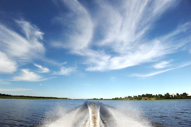 Viagem de velocidade em espuma - a trilha do barco a motor no rio