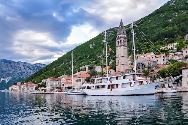 Viagem de verão a montenegro com vista da baía de kotor e a antiga cidade de perast com o campanário