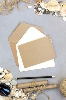 Viagem de verão, cartão de envelope, conchas maquete de fundo cinza