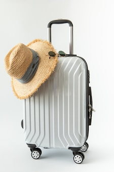 Viagem de viagem de chapéu de bagagem branca para férias de fim de semana de destino longo em fundo branco