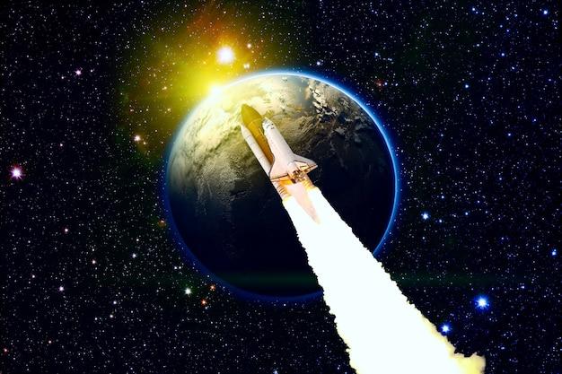 Viagem do ônibus espacial pela galáxia e planetas. ônibus espacial orbitando o planeta terra. elementos desta imagem fornecidos pela nasa