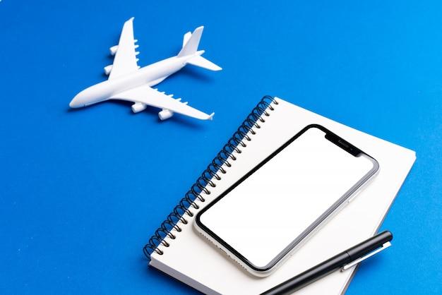 Viagem e avião e tela branca