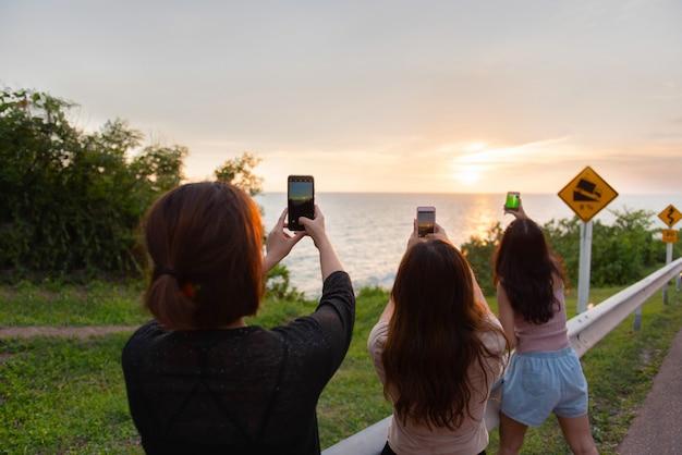 Viagem e liberdade, as mulheres asiáticas tiram uma foto