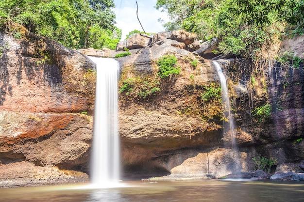 Viagem e liberdade, desfrutando de vista para a cachoeira tropical em khao yai nakhonratchasima