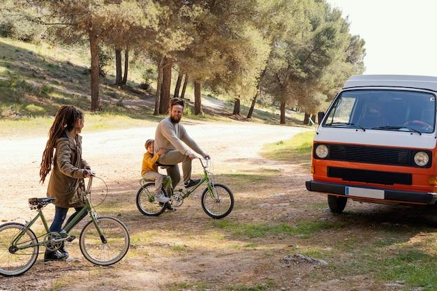 Viagem em família com bicicletas na natureza