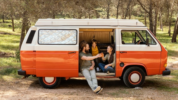 Viagem em família com carro descansando