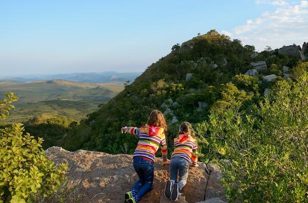 Viagem em família com crianças, crianças olhando do ponto de vista da montanha, férias de feriado na áfrica do sul