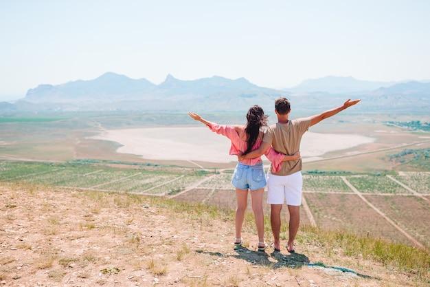 Viagem em família na europa. família feliz em pé perto do lago branco. conceito de família amigável e incrível paisagem