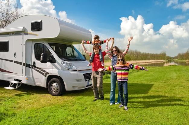 Viagem em rv de férias em família com crianças pais felizes com crianças se divertem em uma viagem em autocaravana