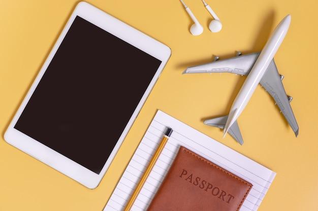 Viagem gadgets plana leigos fundo amarelo para o conceito de viagens