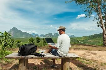 Viagem homem sentado na montanha superior