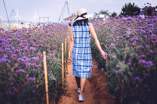 Viagem mulher com flor roxa