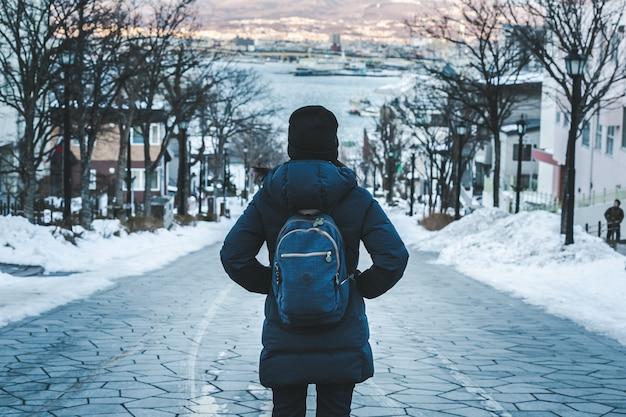Viagem mulher na temporada de inverno