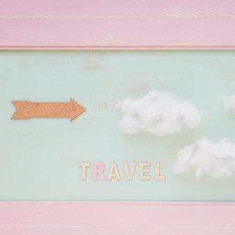 Viagem, palavra, com, nuvens, e, seta, contra, parede pintada
