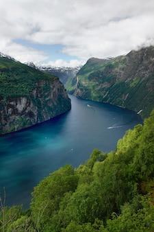Viagem para a noruega, vista do fiorde azul no meio de montanhas verdes.