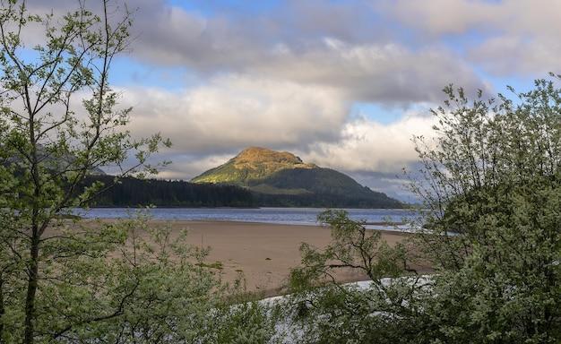 Viagem por estrada com belas paisagens de aviemore a kinloch laggan, escócia