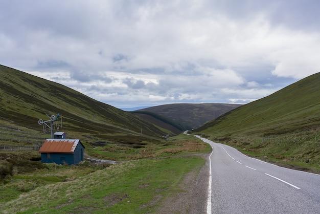 Viagem por estrada com belas paisagens de inverness a aviemore, na escócia