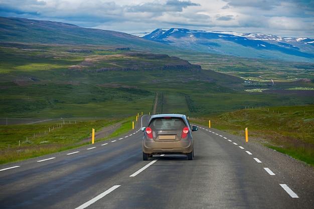 Viagem por estrada na zona rural andava na islândia, verão