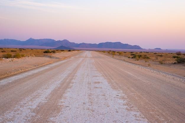 Viagem por estrada no deserto de namib, parque nacional de namib naukluft, destino do curso em namíbia. aventuras de viagem na áfrica.