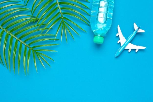 Viagem segura . garrafa de água clara e avião de brinquedo.
