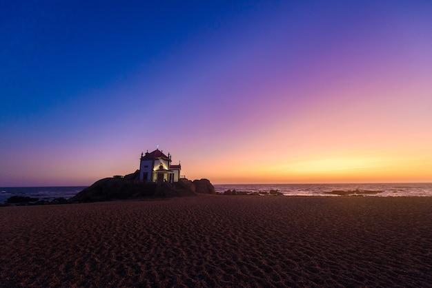 Viagem turística a portugal, porto, famosa pela capela do senhora pedra