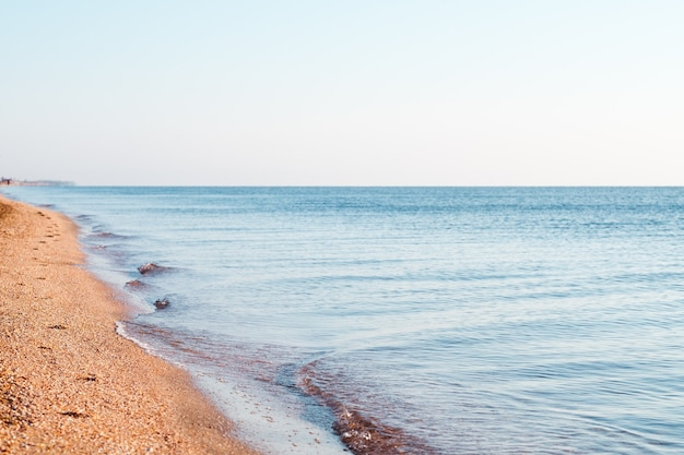 Viagem, viagem, turismo, lazer. destino de férias de verão à beira-mar. movimento das ondas do mar do oceano