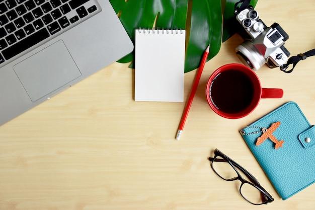 Viagens blogger ou escritor espaço de trabalho, planejamento de viagem com laptop, bloco de notas em branco e câmera