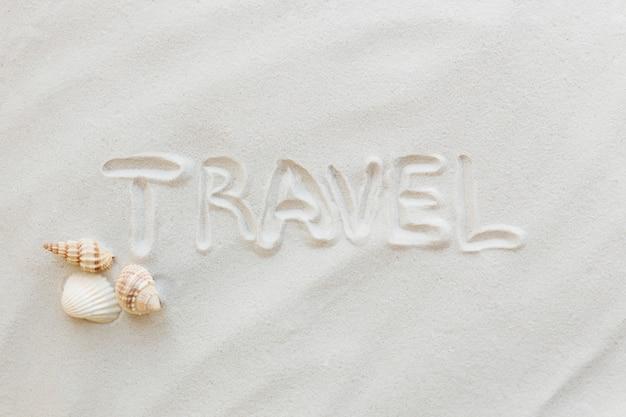 Viagens, conceito de férias. conchas do mar na areia. viajando, viajando. texto de viagem.