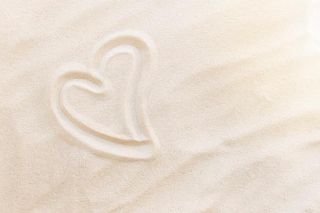 Viagens, férias, conceito de lua de mel. formas de coração na areia. amor a dois.