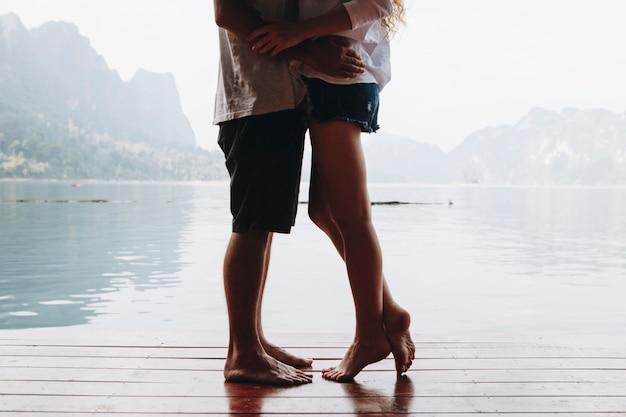 Viajando casal tendo um momento romântico