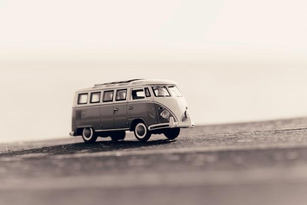 Viajando com van de campista vintage. foto macro. imagem em tons sépia.